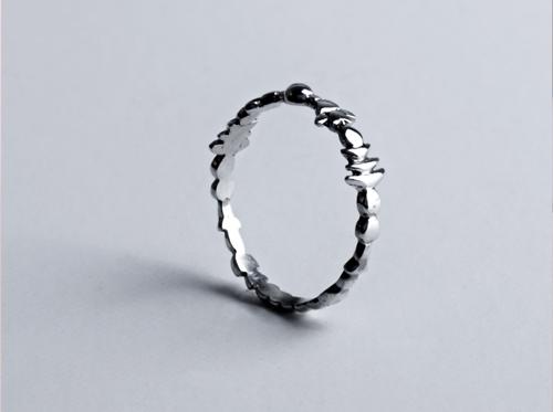 Anillo Elba, tallado a mano con formas inspiradas en la cristalización del agua.